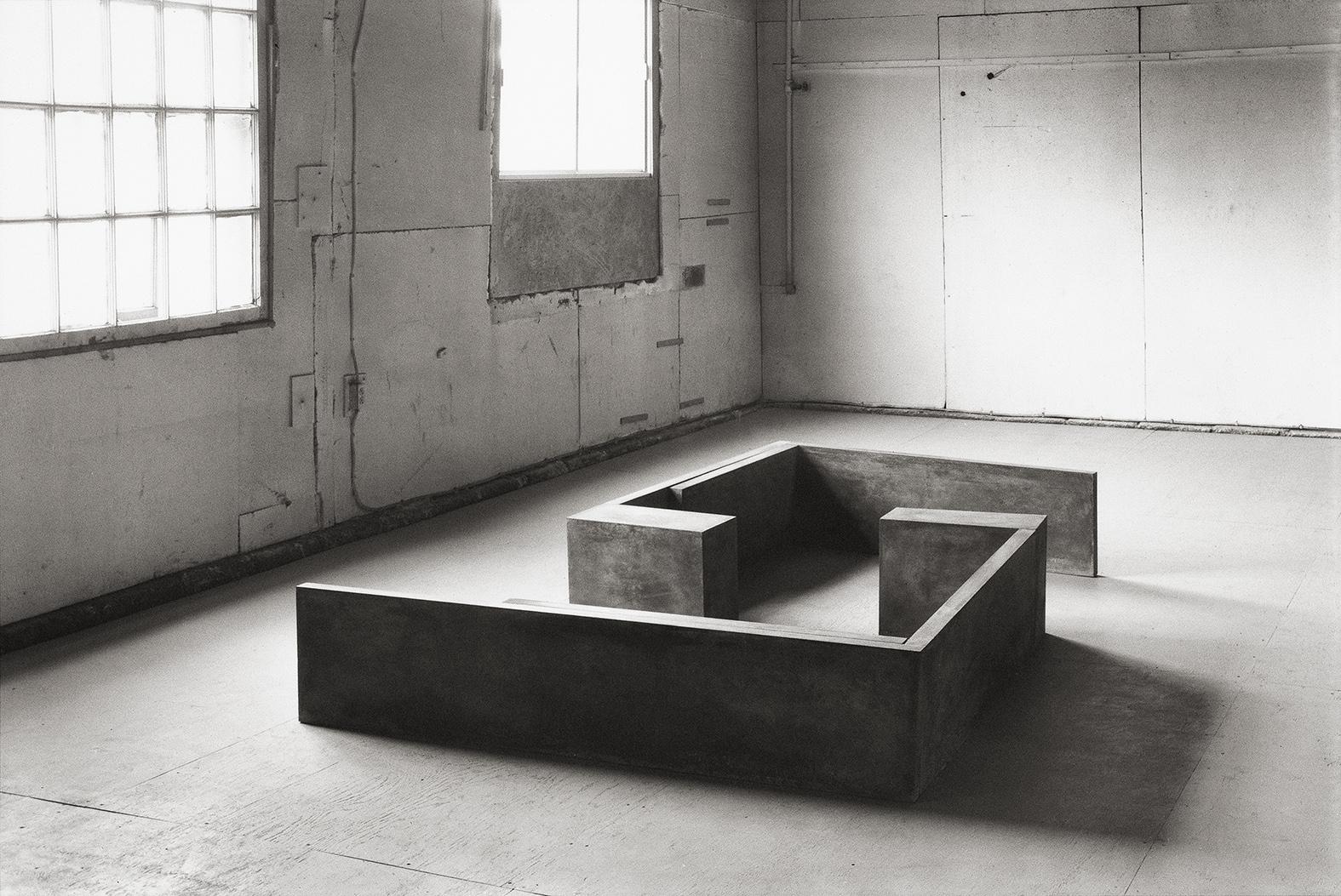 En apparence  (1982 - 1983)   Ciment, 42.5 x 182.5 x 293 cm, collection du Musée des beaux-arts du Canada. photo : Brian Merrett