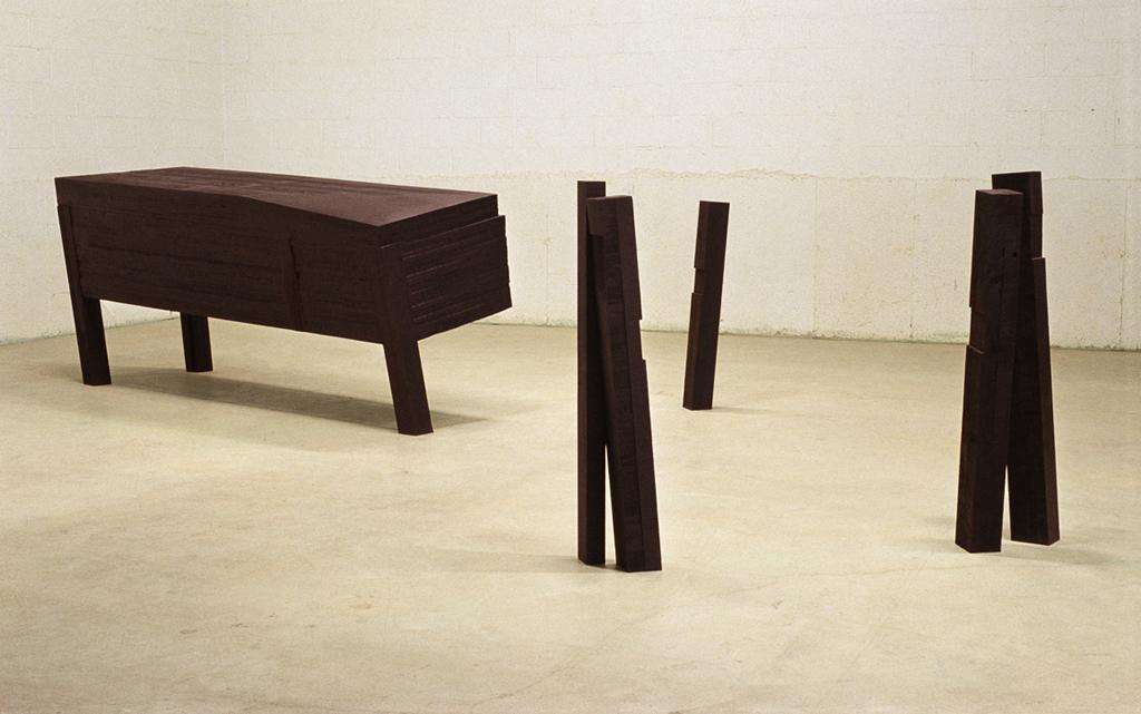 Déplacement lent  (1990)   Bois polychrome,11 x 80 x 240 cm, collection du Musée des beaux-arts du Canada.photo : Richard-Max Tremblay