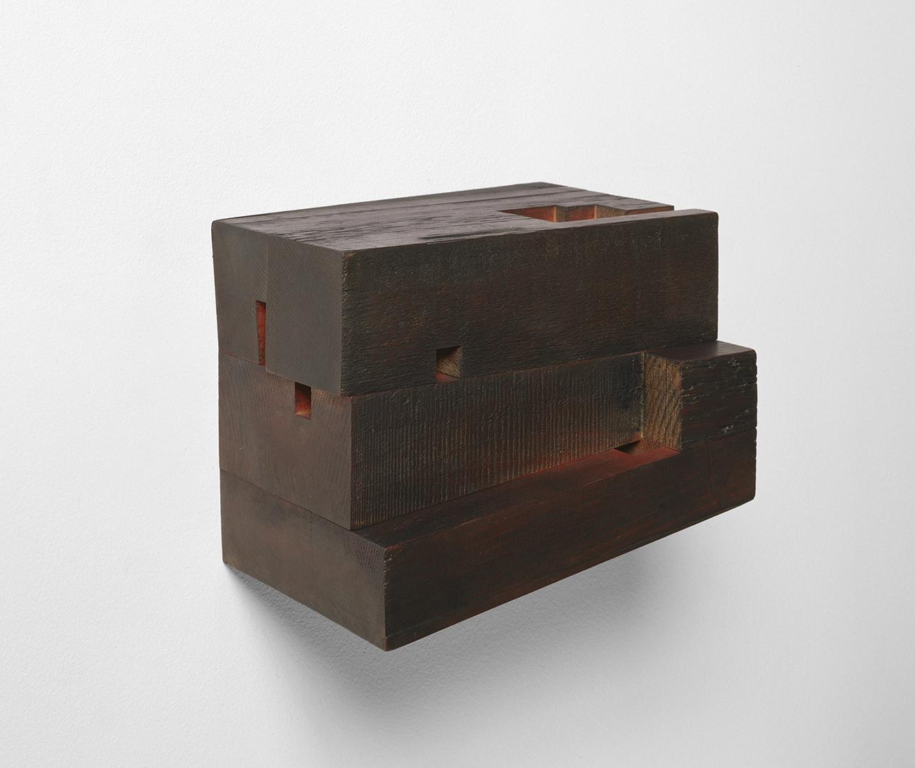 Demeure VI  (2001 -2002)   Bois polychrome, 18 x 22.5 x 19 cm, collection de l'artiste. photo : Richard-Max Tremblay