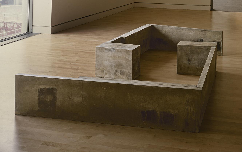 En apparence  (1982 - 1983)   Ciment, 42.5 x 182.5 x 293 cm, collection du Musée des beaux-arts du Canada.