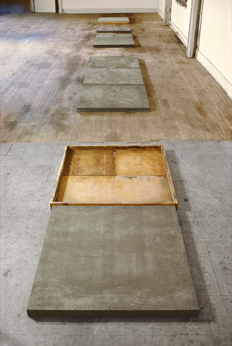 Hommage à Mark Rothko  - détail (1975)   L'oeuvre a été présentée au MAC Québec en 1975. Photo : détail de l'oeuvre dans l'atelier de l'artiste. Bois, ciment et treillis, 7,6 x 91,4 x 243,4 cm.