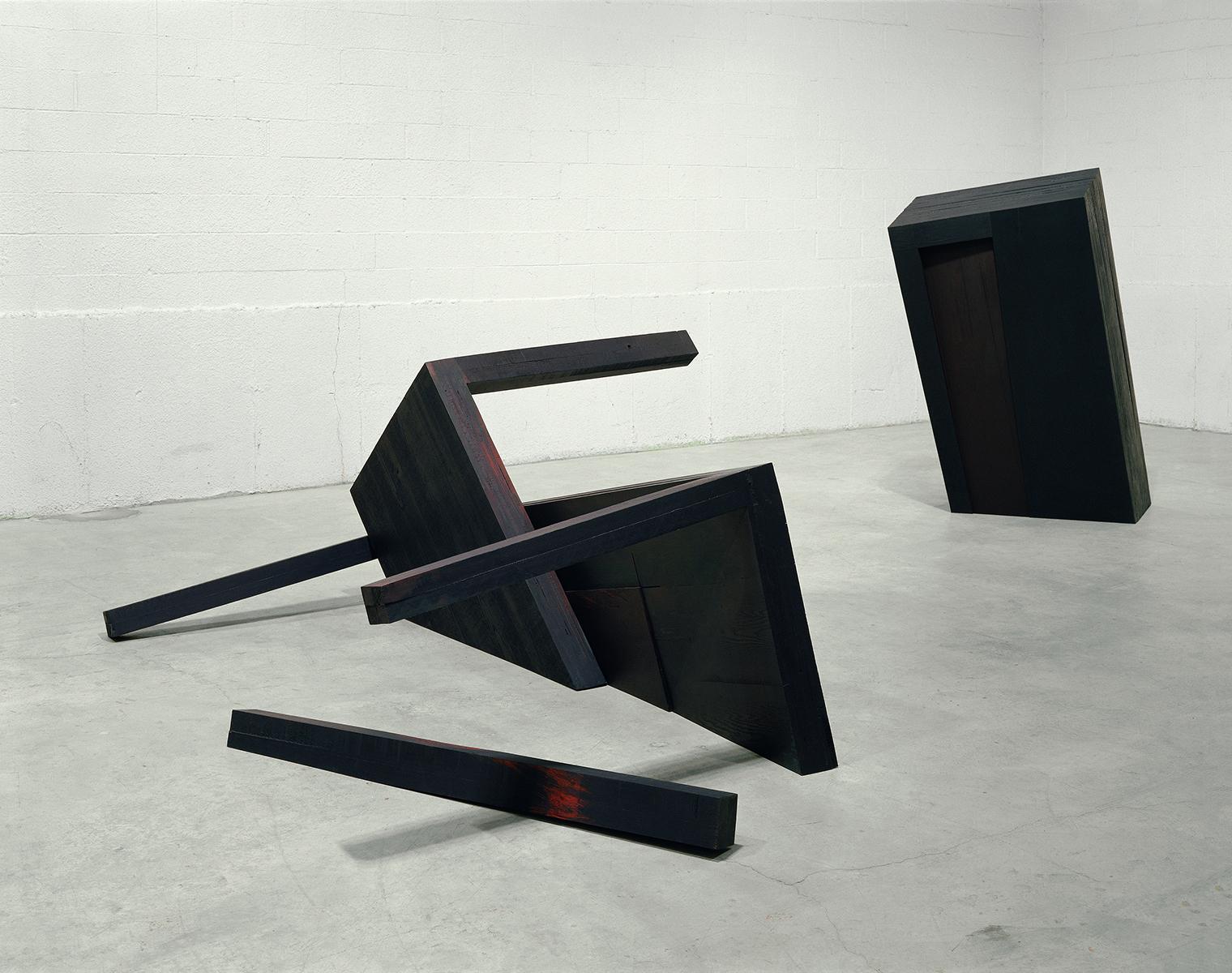Noche oscura  (1991)   Bois polychrome, 173,9 x 243 x 396,2 cm, collection du Musée d'art de Joliette. photo : Richard-Max Tremblay