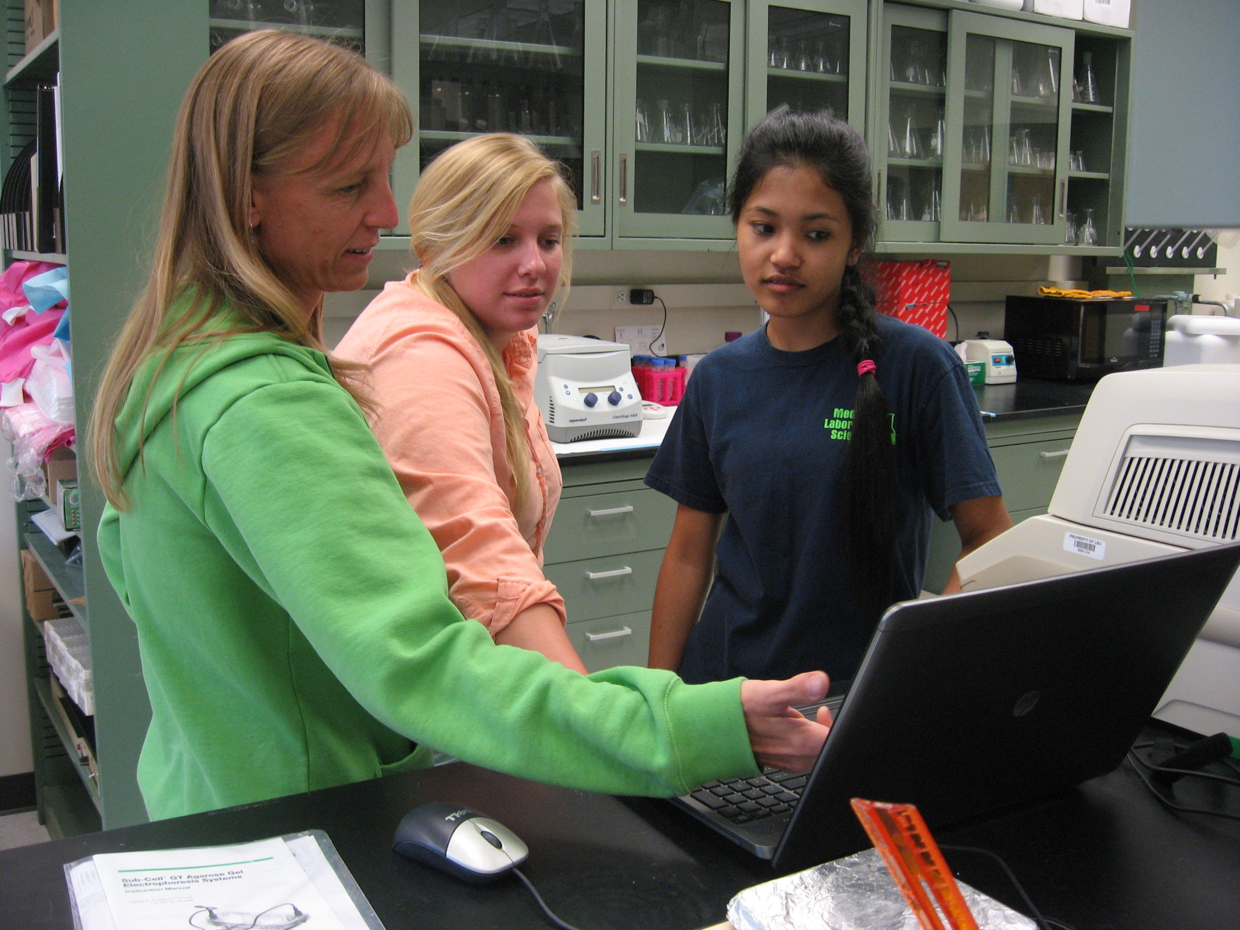 Karen Maruska with students in her lab.