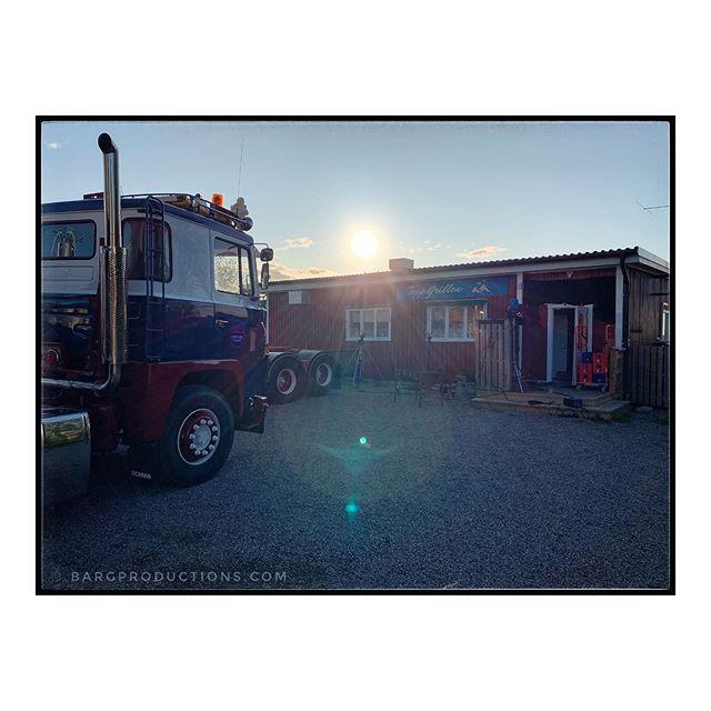 Like a summer night in -85. . . #falköping #scania #youngtimer #lorry #classictruck #fqgphoto #wanderlust #sunset #adventuresincolour #ig_sweden #sommaren85 #thephotomotel #thephotosociety #igersmalmoe #bargproductions #igerslondon #snapshotcollective #ruevillemag #impressamag #paradisexmagazine #paperjournalmag #pixsoulmag #aintbadmagazine #somewheremagazine