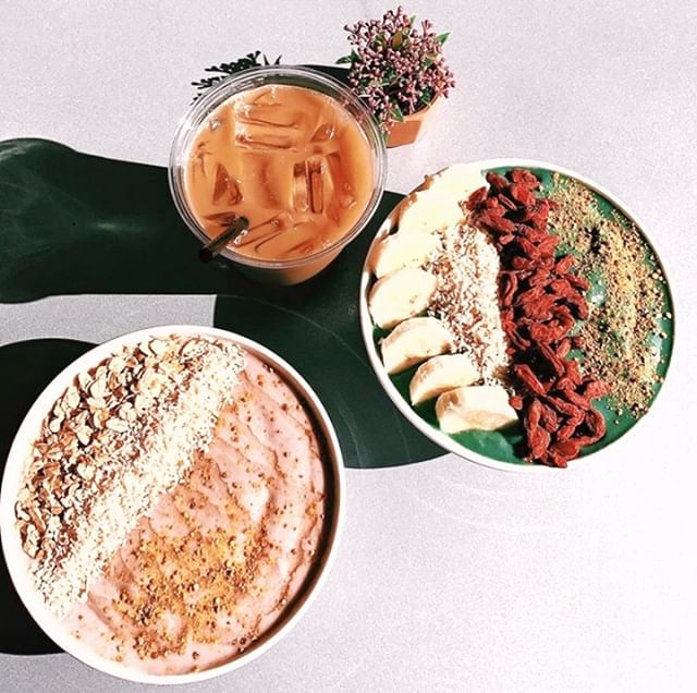 it's smoothie bowl season at #sydneyportsmouth (outdoor seating season too...) and if you have not yet tried these super-filling and delicious vegan meals, we highly recommend you stop by and check them out! 🇦🇺