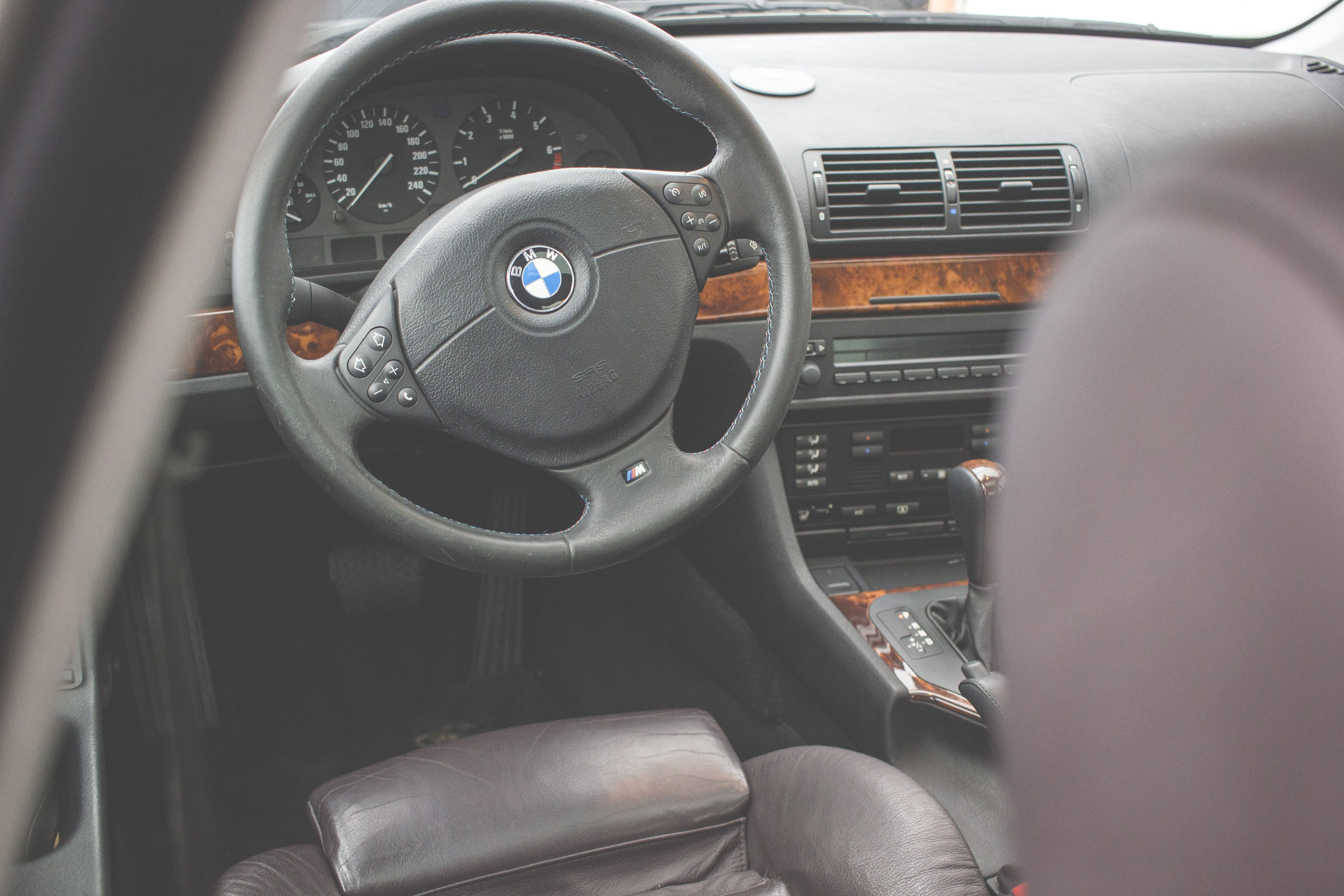 Mömus BMW E39 Interior Aubergine Leather