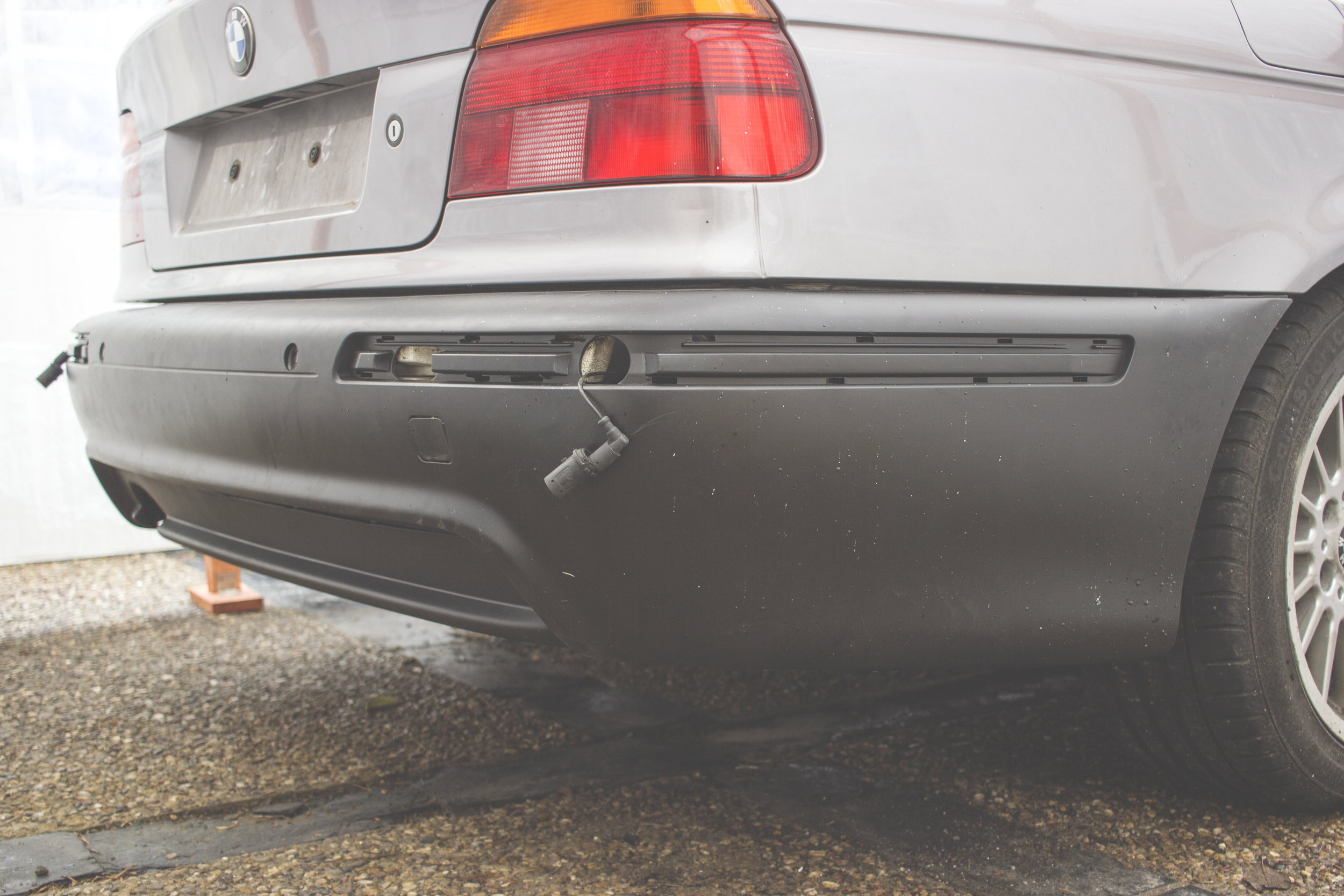Mömus BMW E39 remove replace install facelift rear m sport pack bumper fl