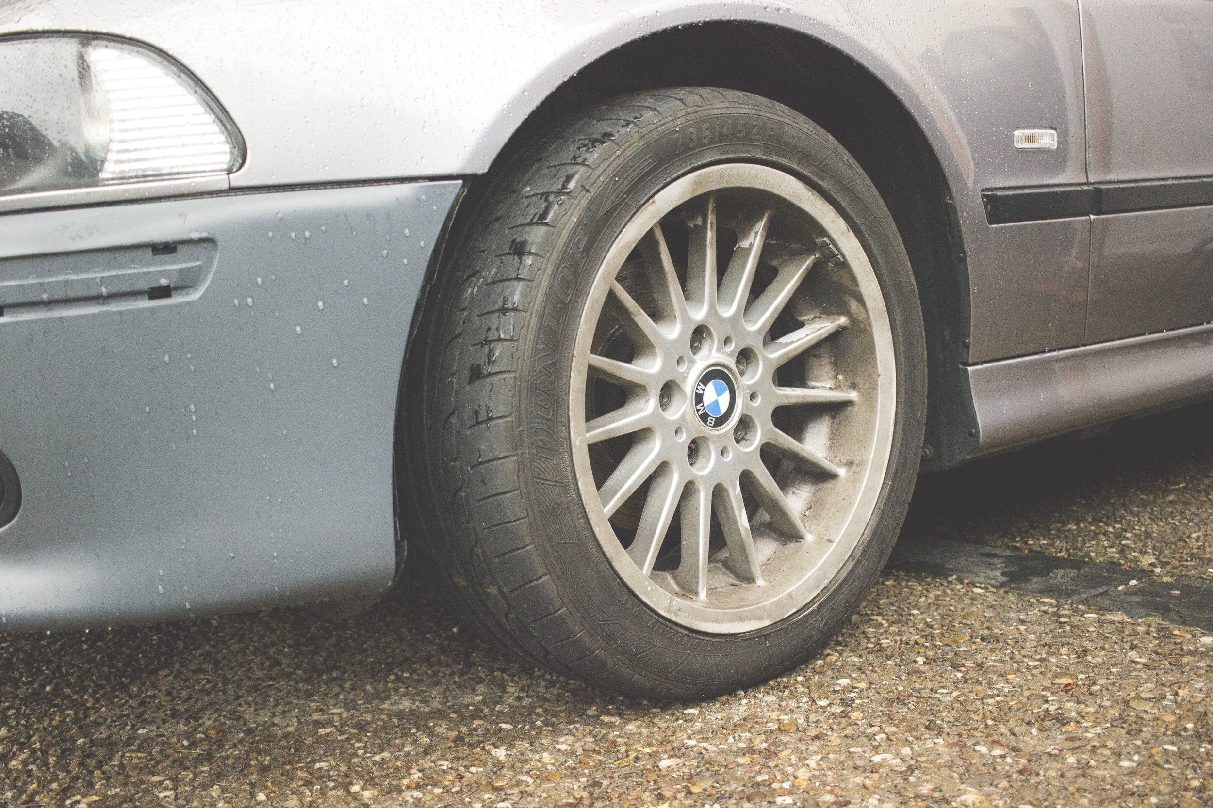 Mömus BMW E39 wheels and springs lowering wheel gap