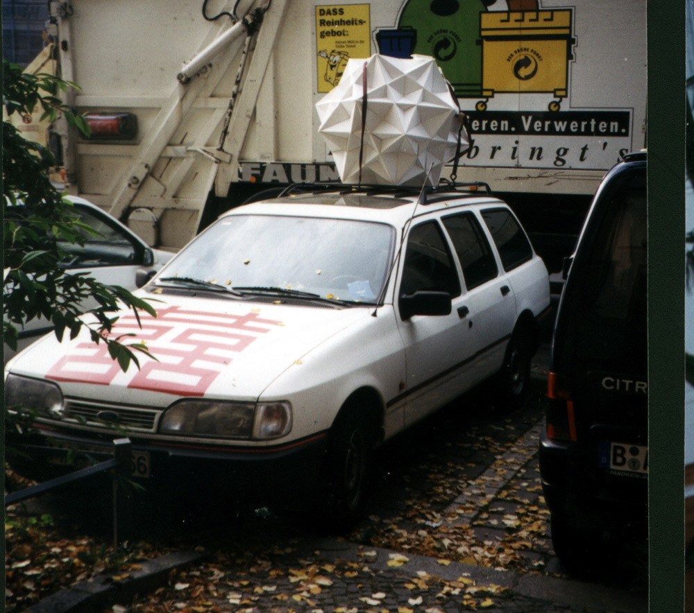 Thorsteinn´s model of a cubeFiveCompound strapped to a car.