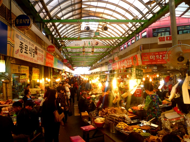 The perfectly hectic Dongdaemun food market...