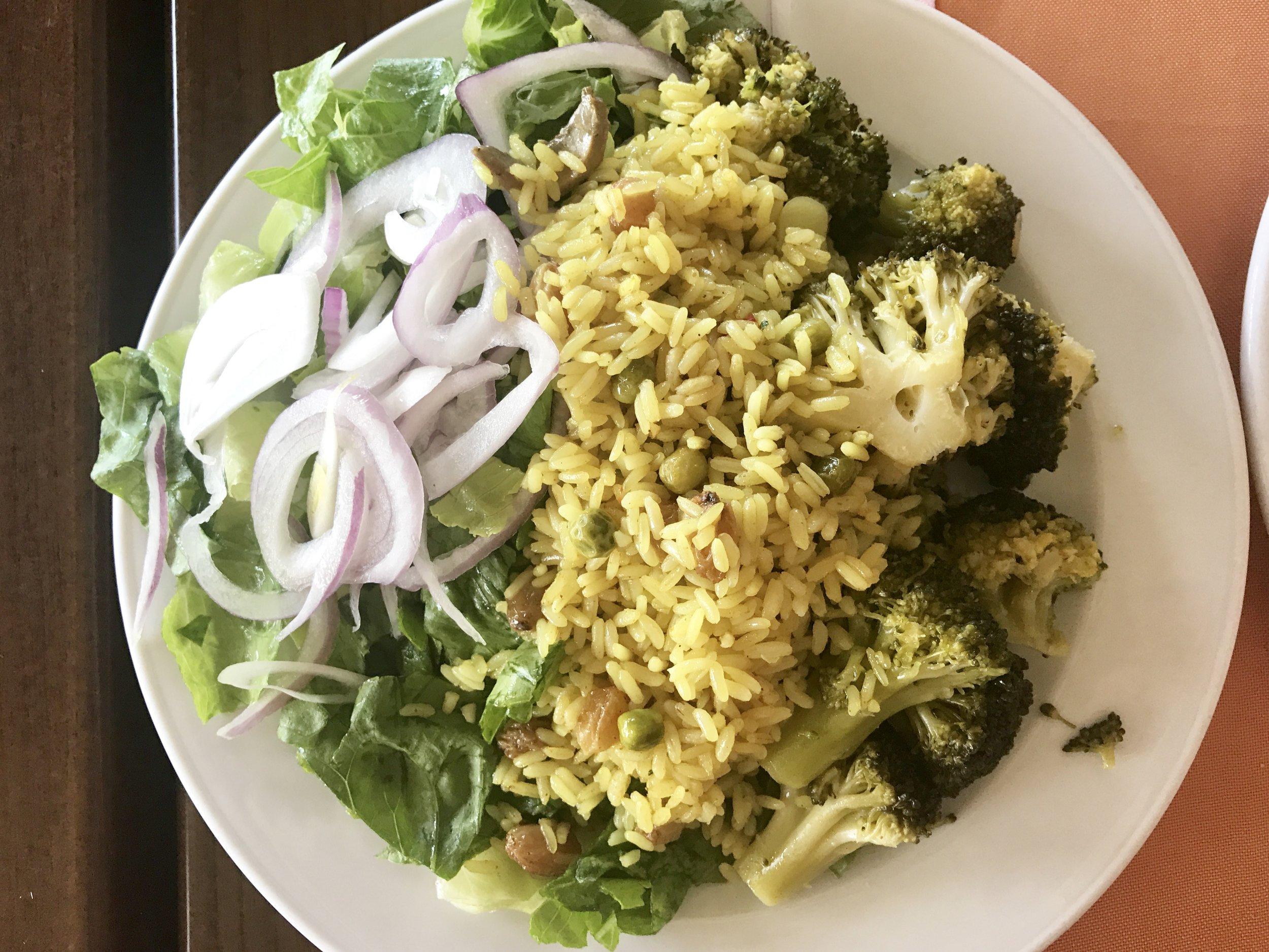 Perään nälän mukaan lisää salaattia, parsakaalia ja riisiä.