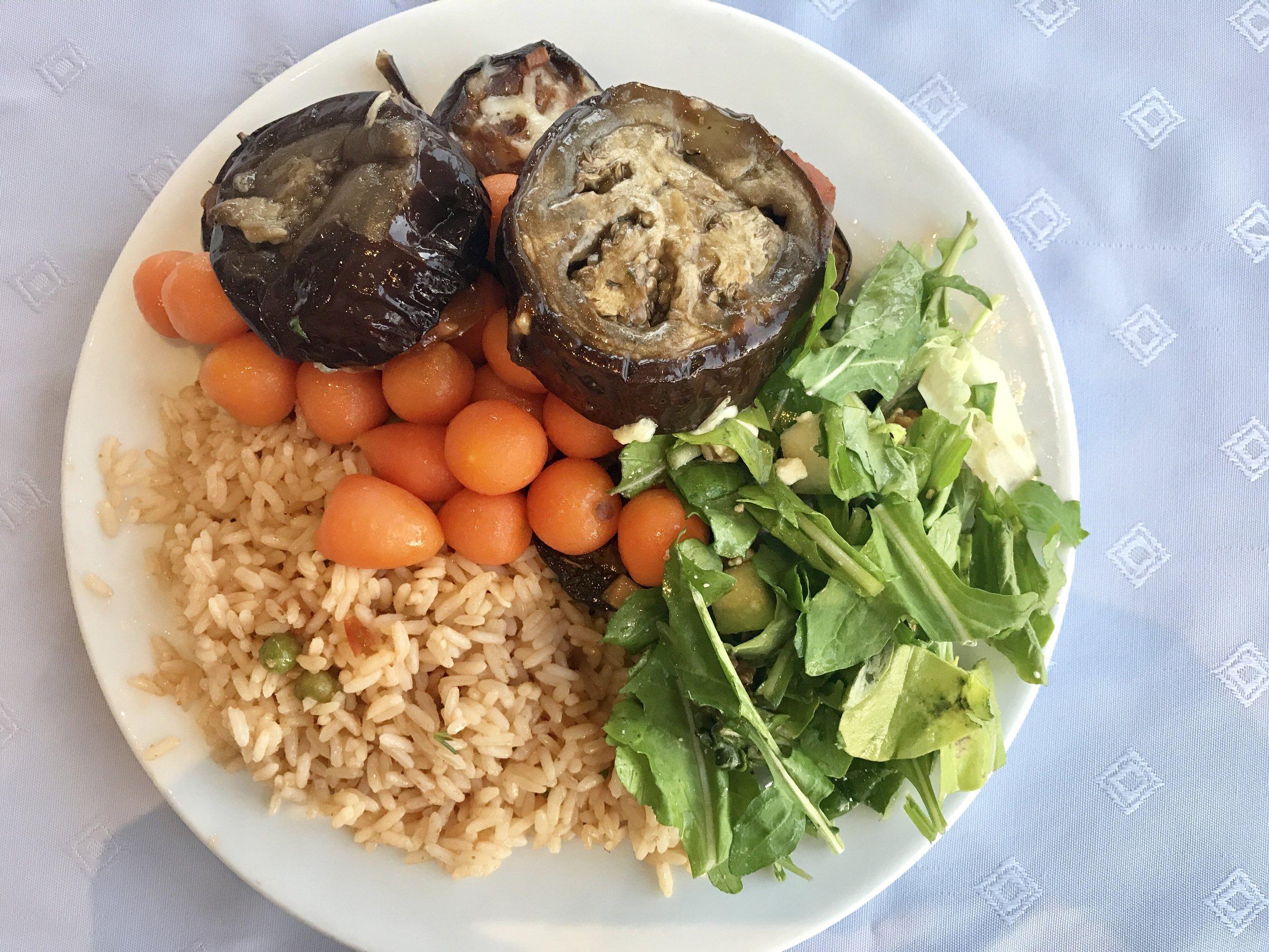 Perään kypsennettyjä kasviksia ja riisiä. Söin myös usein perunaa josta ei nyt löytynyt kuvaa kuitenkaan.