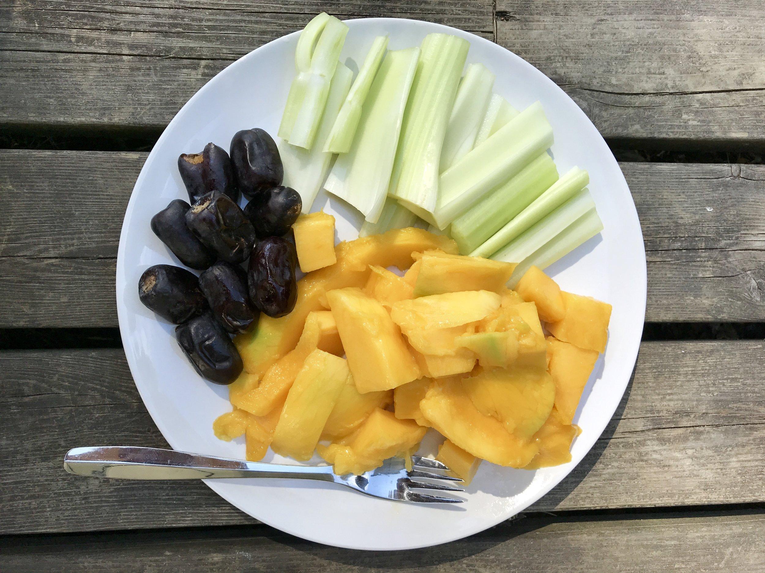 Mielitekoja vähentävä täydellinen ateria. Sokereita hedelmistä ja mineraalisuoloja selleristä. Kaunistavaa ravintoa.