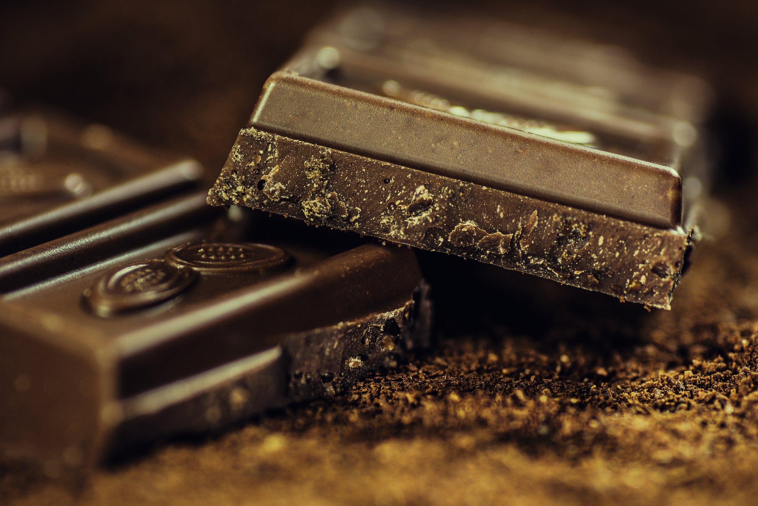 Suklaa on todella koukuttavaa rasvansa vuoksi. Suklaa on myös pieni stimulantti eikä siten sovi herkkahermostoisille. Anthony William myös sanoo, että raskaana olevien ei missään nimessä pitäisi syödä suklaata!