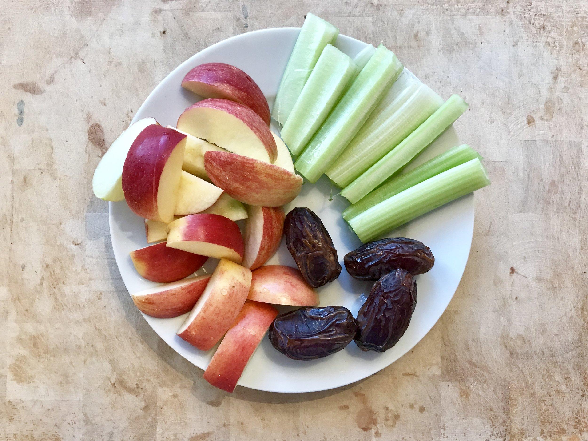 Lisämunuaisia tukeva ja eheyttävä välipala / ateria. Omenaa, selleriä ja taatelia.