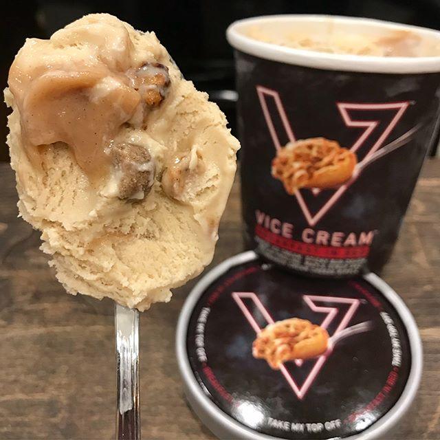 """Now that's my type of Breakfast in Bed"" @icecreambuythepint • • • #breakfastinbed #munchies #maple #stickybuns #foodporn #swirl #dessertlovers #foodie #eeeats #pecanpraline #foodstagram #yum #nom #dessertporn #eatvicecream #efic #vicecream #publix #rochebros #harristeeter #keyfood #stopandshop #rochebrothers #safeway #kingkullen #shoprite #jewel #cubfoods #supervalue #wegmans"
