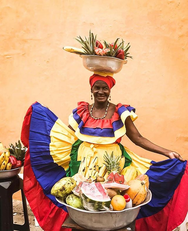 • COLORS OF CARTAGENA • 💃🏽🍌🍇🍉. . Originally, these women come from San Basillo de Palenque, a small village located in southeast of Cartagena. It was founded in colonial times by runaway African slaves and is considered to be one of the first free towns in the Americas. . Balancing bowls of fruit on their heads palenqueras are posing to tourists for a small tip. But don't you dare photograph them without a prepayment. They begin hissing and hiding behind the bowls. . . . . 📸: @doralove_ our favorite alumnae Cartagena - October, 2017 #travelwithpurpose