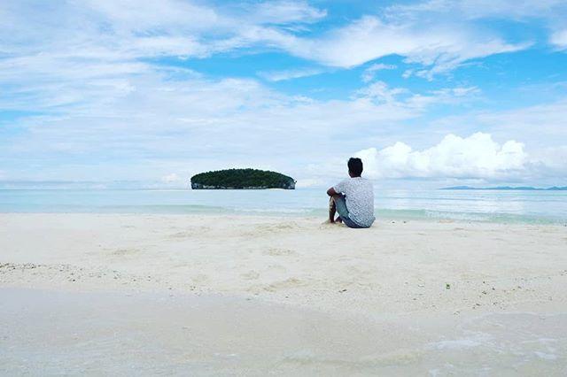 sand·bank /ˈsan(d)ˌbaNGk/  noun.  a deposit of sand forming a shallow area in the sea. . . . For Enquiries 📞: +62821 97509582 📩: info@kakatuahostel.com 🌐: www.kakatuahostel.com . . . #ceritakakatua #kakatuahostel #rajaampat #westpapua #visitrajaampat #rajaampatparadise #visitindonesia #wonderfulindonesia #exploreindonesia #pesonaindonesia #beautifuldestinations #westpapua