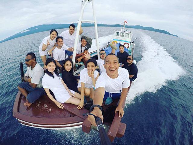 Throwback with the Crew. . . . For Enquiries 📞: +62821 97509582 📩: info@kakatuahostel.com 🌐: www.kakatuahostel.com . . . #ceritakakatua #kakatuahostel #rajaampat #westpapua #visitrajaampat #rajaampatparadise #visitindonesia #wonderfulindonesia #exploreindonesia #pesonaindonesia #beautifuldestinations #westpapua