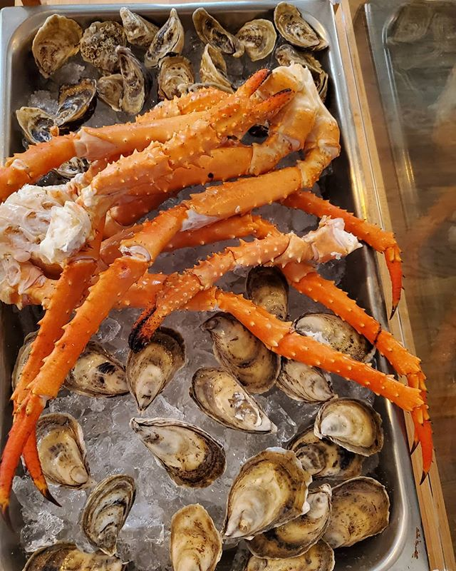 Alaskan King Crab Legs and Oysters, served fresh tonight! • • #blbrasserie #specials #alaskankingcrab #oysters #pasorobles #fresh #seafood