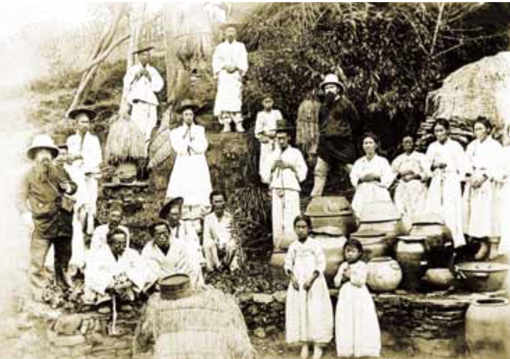 교우촌모습. 많은 조선시대 가톨릭 신자들이 옹기를 만들어 생업을 이어나갔다(한국교회사연구소 소장 사진)