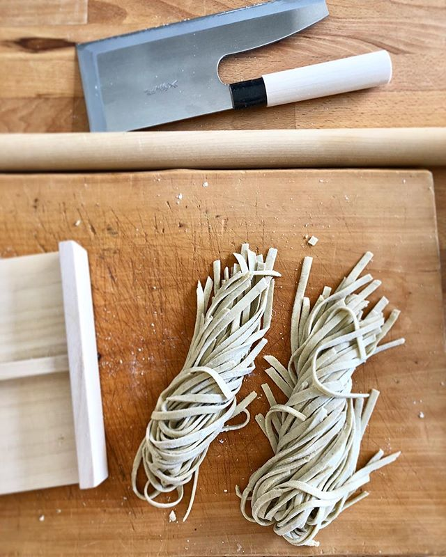 Brought back a fresh buckwheat flour from Nagano, a region known for Soba. On top of that, with my new knife dedicated for cutting noodles, I can't help smiling while making soba this morning. Tool does matter.  #新蕎麦 #soba #noodles