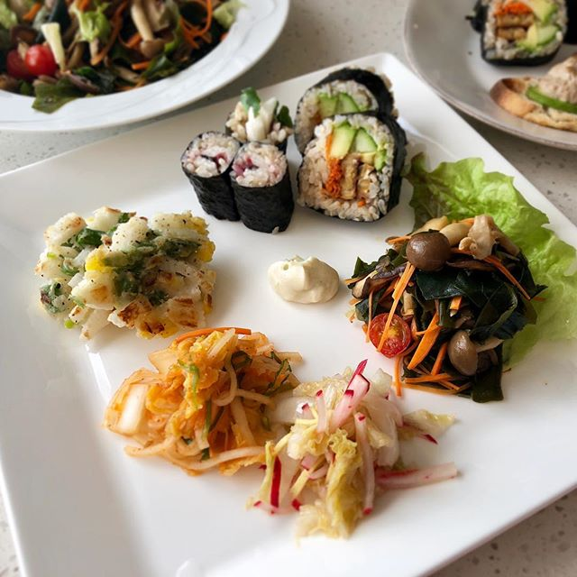 Our new vegan class recipes are almost ready to finalize! It includes two essentials, sushi and ramen, plus many of our favorite shojin and macrobiotic recipes. It's incredible how many dishes we can make within 90 minutes as all our recipes are so simple! (Yet super yummy😋) #cookingclass #vegan #2019 #newclass #shojin #japanesecooking