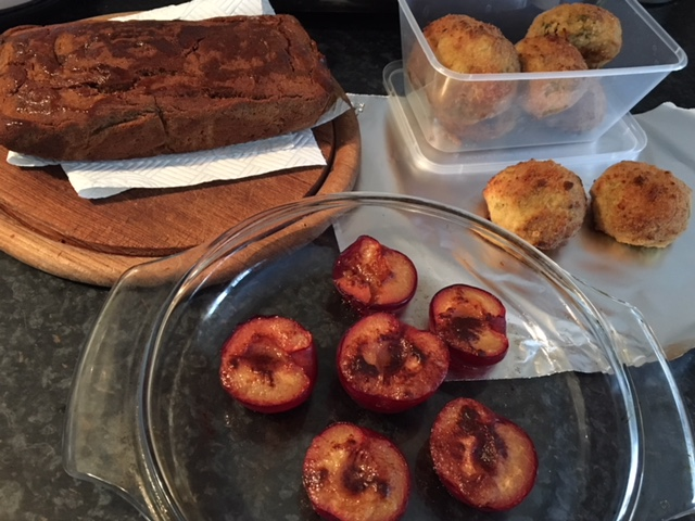 Prepping food on Sunday: Sage-garlic chicken patties, baked plum with cinnamon and banana bread