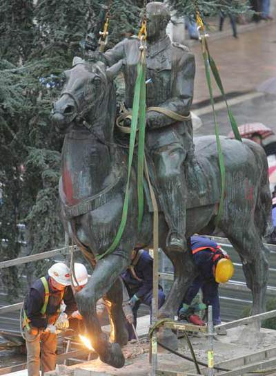Workers begin removing the Franco statue. (El País/Javier Cotera)