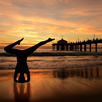 Photo: https://pixabay.com/de/kopfstand-yoga-am-strand-2150147/