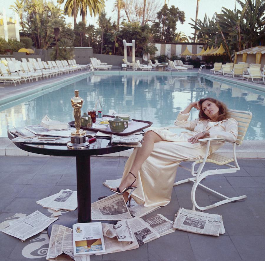 """Afslappet, luksuriøs og feminin- og hvem gør det bedre end Faye Dunnaway morgenen efter hun vandt sin Oscar i 1977, fotograferet af Terry O'Neill på The Beverly Hils Hotel:  """"I wanted to capture the look of dazed confusion""""     Så derfor ser min stue nu sådan ud:"""