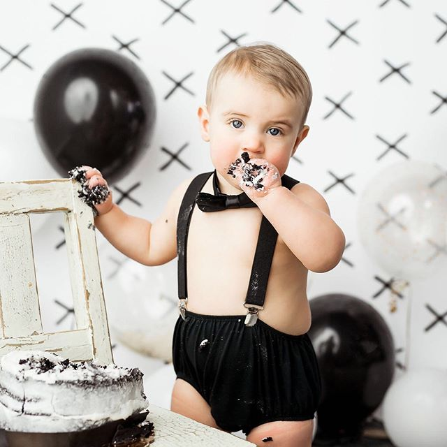 Black and white cake smash 🖤 #mronederful #oneyearold  #cakesmash #cakesmashphotographer  #1year #1yearportraits sheldoniowa #northwestiowaphotographer #siouxfallssouthdakota #siouxcityiowa #fineart #printyourphotos #customportraits #colorful #vibrant #color #childphotographer #heavensent #heavensentphotography #studio #professionalphotographer #portraitartist #iowaphotographer