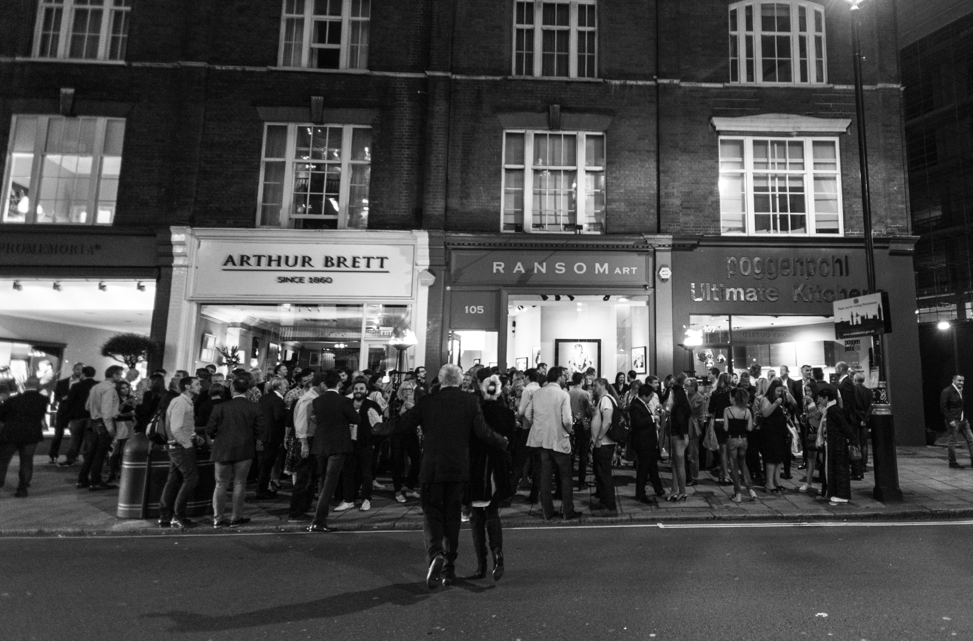 Bowie-by-O'Neill-Exhibition-David-Bowie-party-outside-Ransom-Gallery.jpg