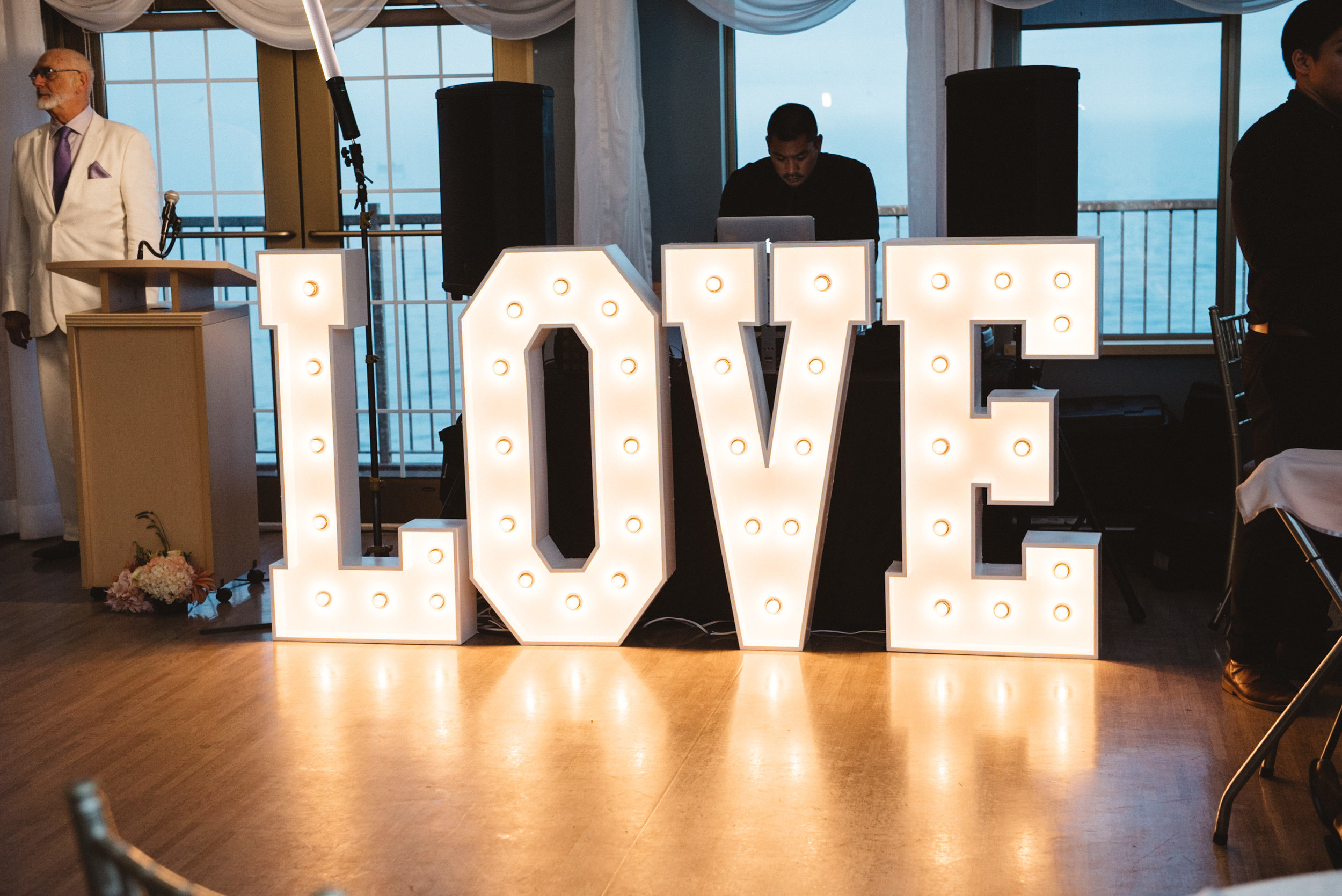 Love sign with the DJ