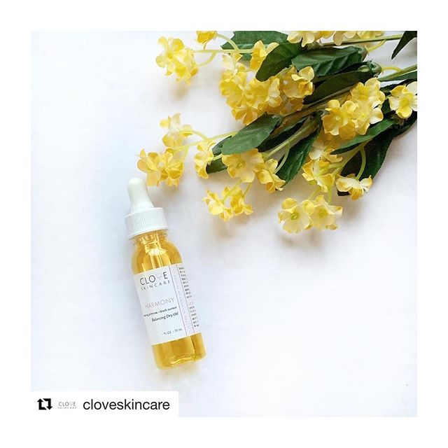 Facial oils aren't just for dry & mature skin type. Oily, normal & blemish prone skin can benefit from the unique blend in HARMONY Balancing Dry Oil 🌼  This light formulation has the power to balance excess sebum production and calm the skin with the use of Jojoba Oil. Evening Primrose Oil helps reduce acne and breakouts, lightens post inflammatory hyperpigmentation and promotes a healthy, clear complexion! Perfect for daily use.  #dryoil #jojobaoil #skincare #holisticskincare #botanicalskincare #Repost @cloveskincare ・・・