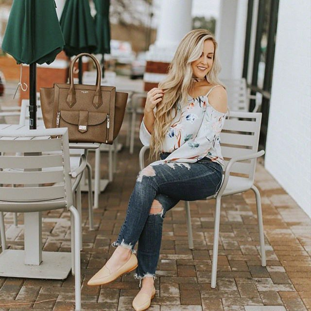 @mollys_musings wearing the perfect #cooperandella blouse for this not quite spring weather 💐 #florals #springfashion #denim #ootd #instagood