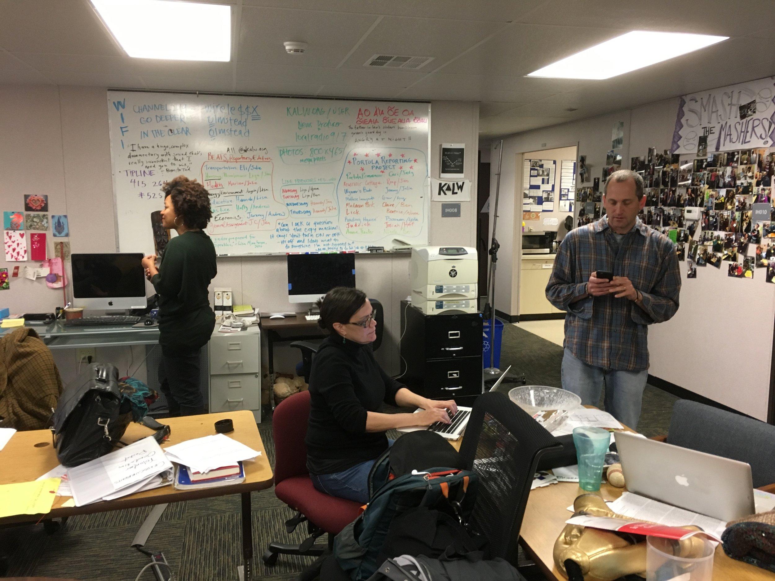 Radiofamilie KALW: Stoop-Host Leila Day, Produzentin Julie Caine und News-Chef Ben Trefny (von links).