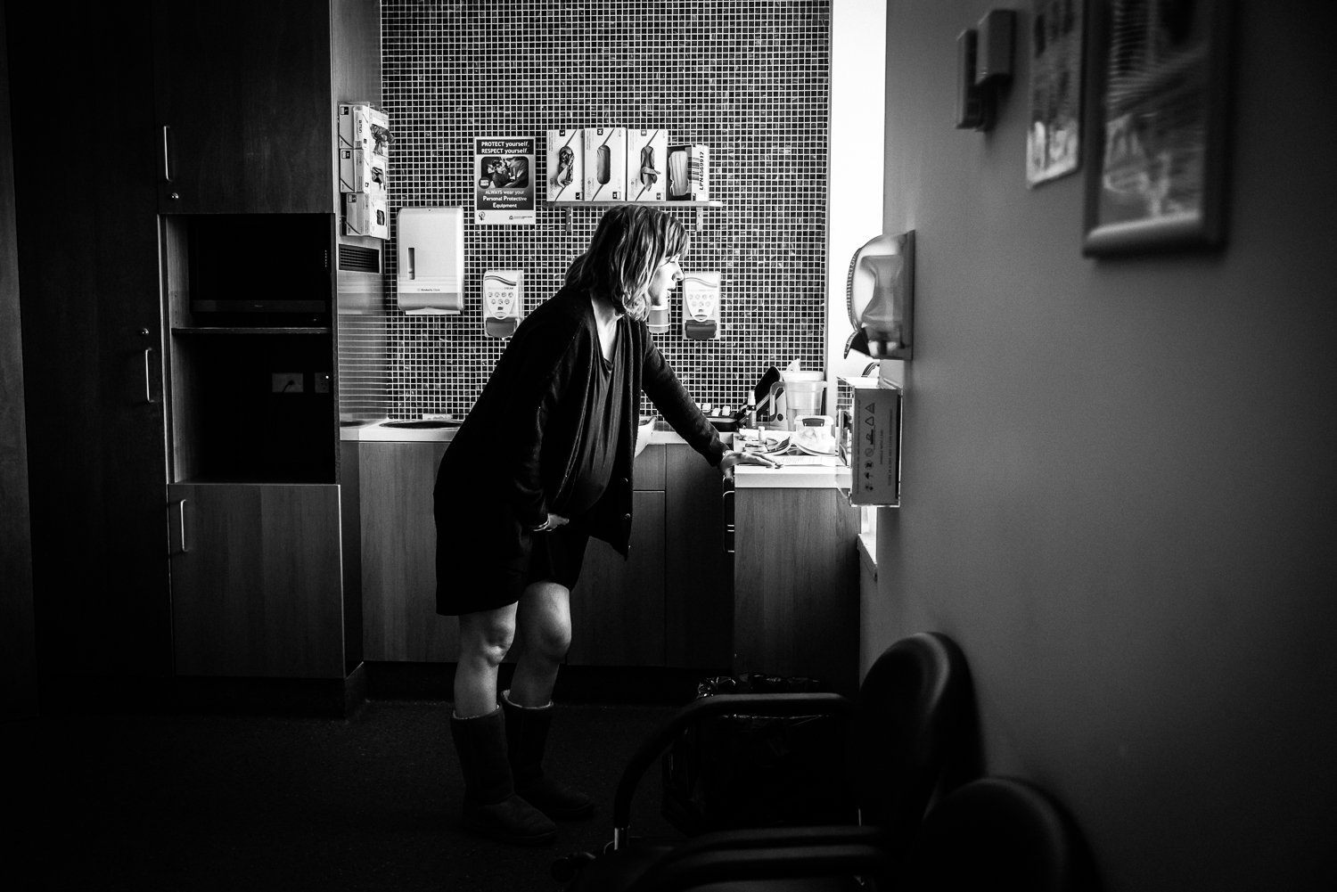 Perth-Birth-Photography-by-Cat-Fancote-Labouring-by-window-light.jpg