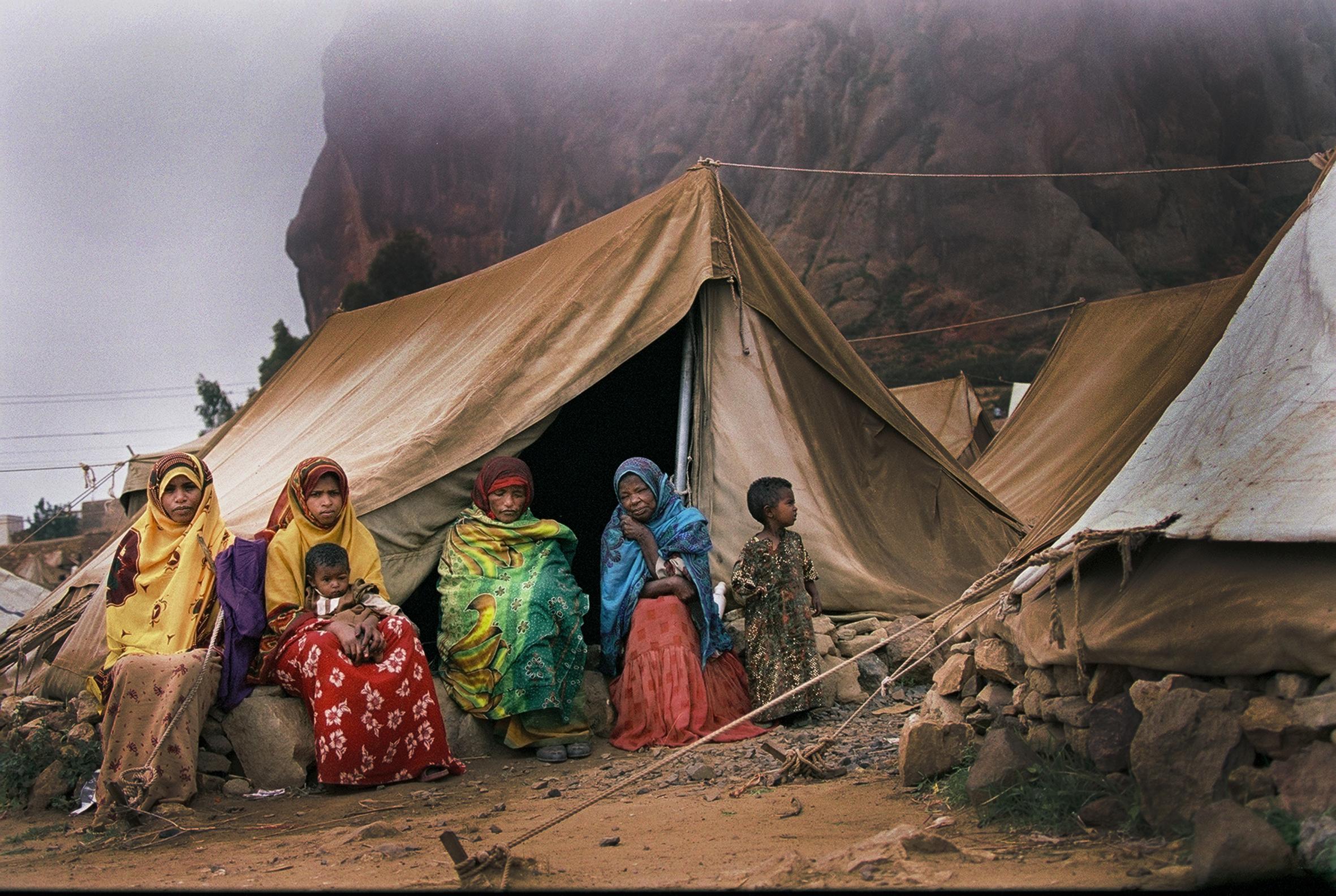 Eritreanska internflyktingar vid senafe efter etiopiska bombningar.