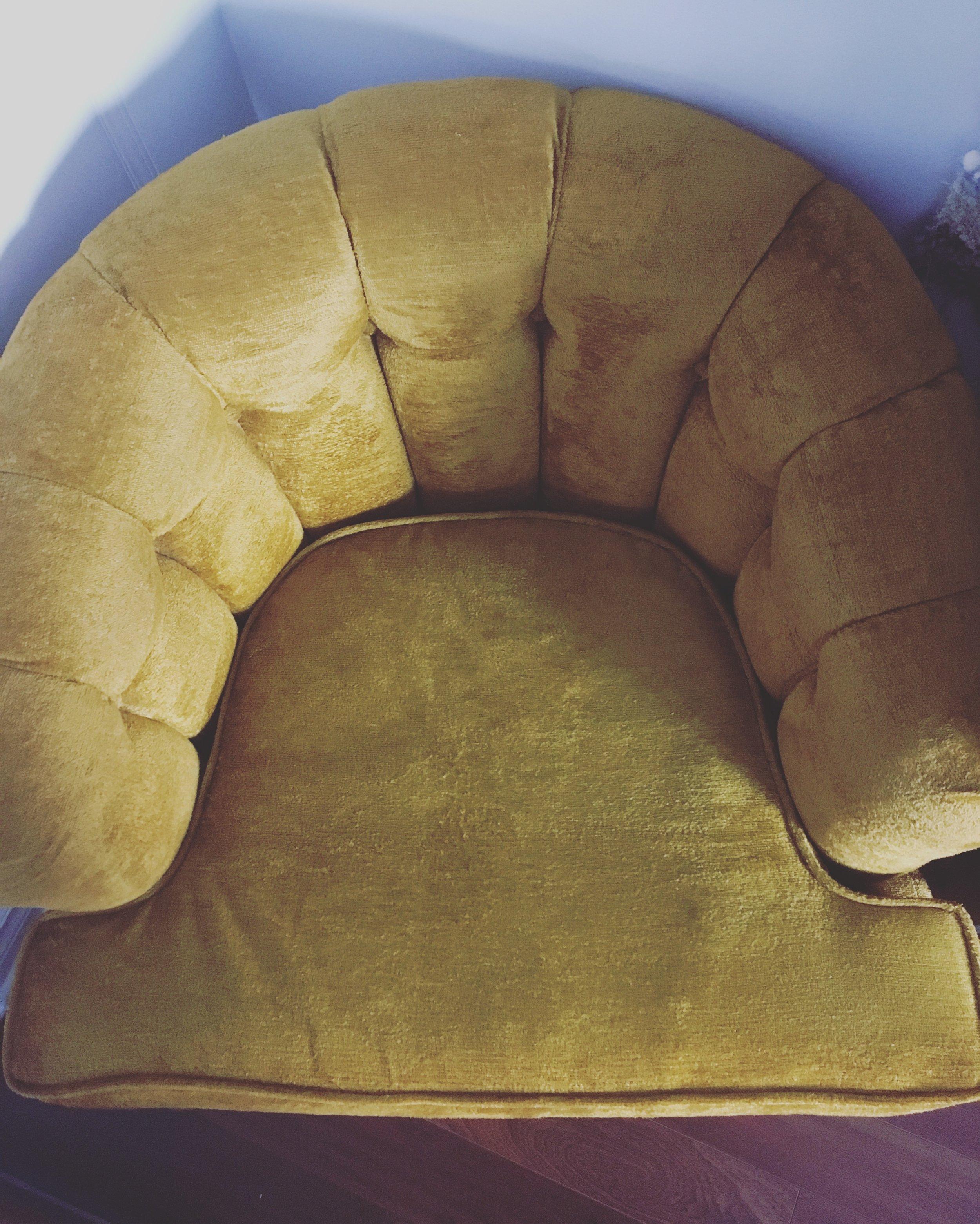 Le point de départ de mon salon  Points à retenir :• Vintage / Couleur saturée / Matière riche / féminin
