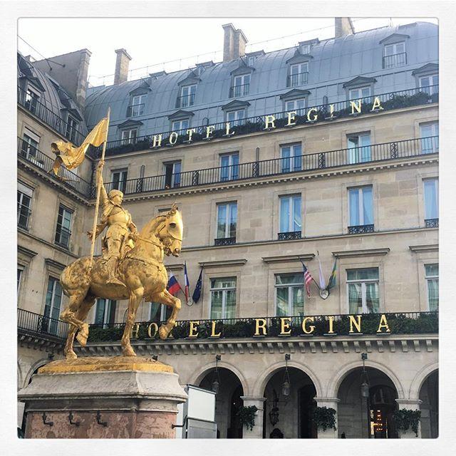 Parisian Brights. Flashes of gold all over this magical city. @hotelreginaparis un petit déjeuner délicieux #autumninparis #paris #hotelreginaparis #tuileriesgarden #jardindestuileries #sarettatravel #sarettajewellery