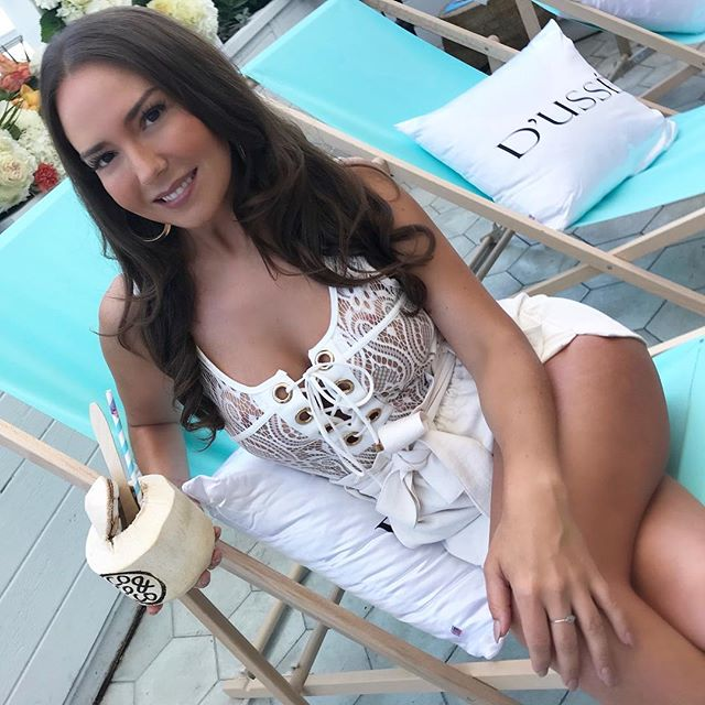 #VacationAlicia 😉🥥👙 @coconautical_official #Bombshellbrunch  #miamiswimweek2018  #ootd @trezzi.collection @aritzia  #lashes @beautybabelounge  glow @urban.tan . . .  #beachfashion  #wags #bodysuit #sohobeachhouse #bikinifashion #wardrobestylist #miami #miamifashion #mia #miamistyles #torontogirl @lotus.beachwear @drinkadeofficial