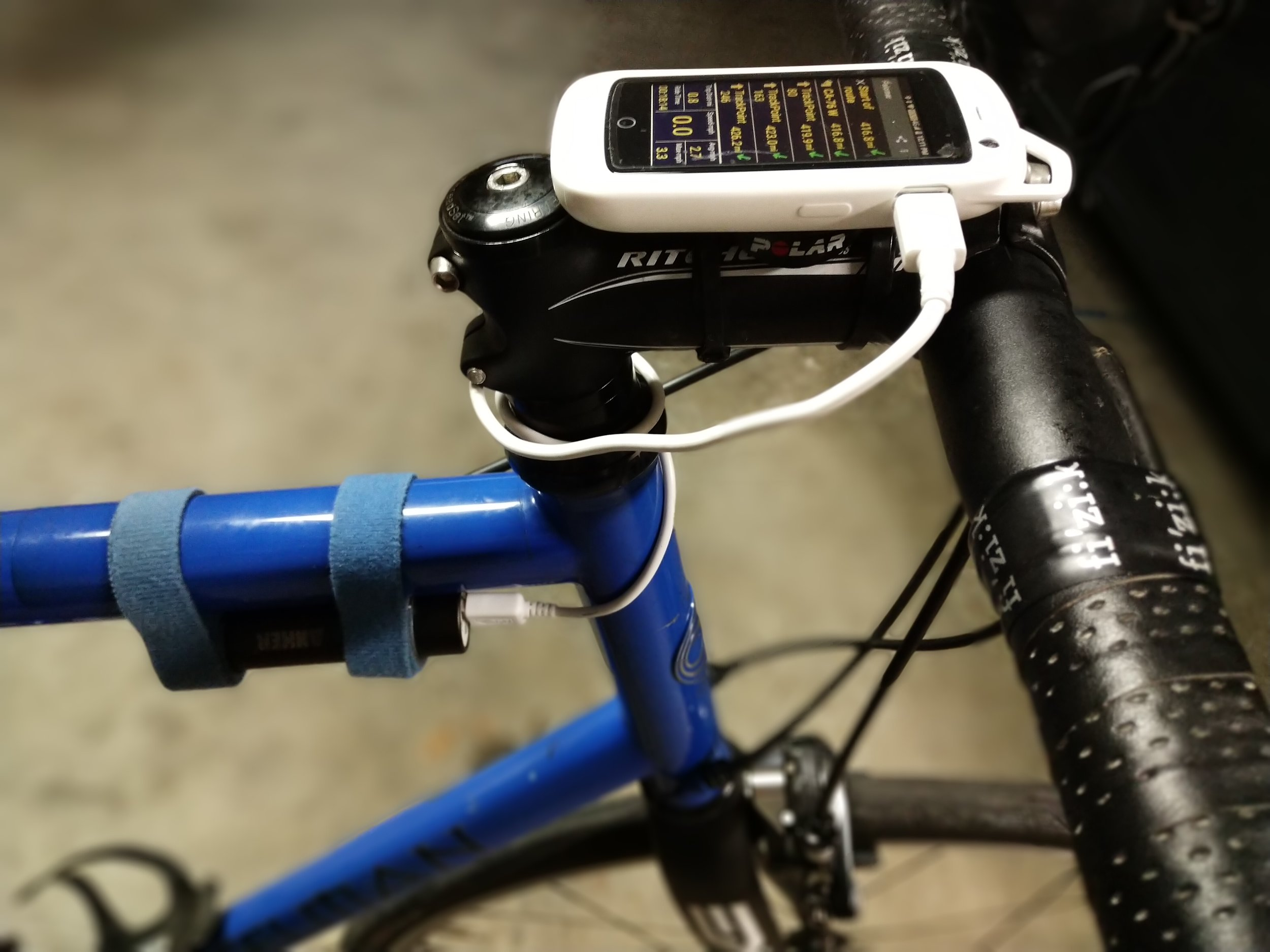 - Here's the Jelly pro mounted on the bike with a Polar quarter-turn mount. Notice also the Anker external battery mounted under the top tube with velcro.