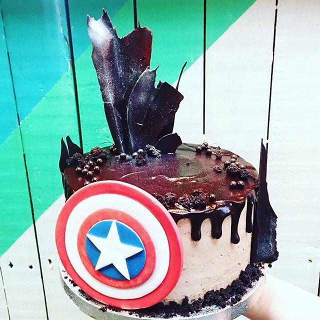 #happysunday with this #captainamerica #birthday #chocolate #ganache #dripcake @tootingmarket #nuvolalittlebakery #alittlebakery #london • • • #bespoke #birthdaycake #cakes #dessert #organic #delicious #instacake #instagood #cakesofinstagram #caketopper #superhero #theavengers