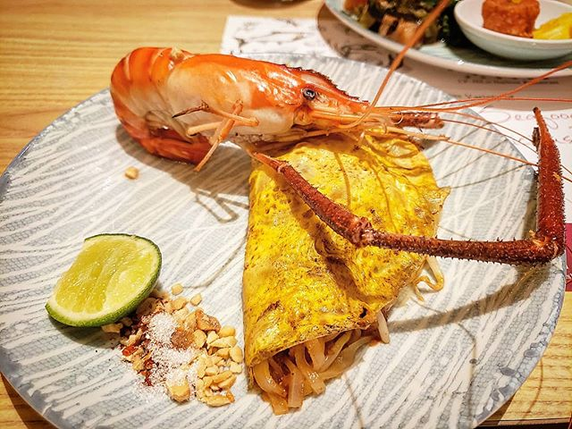 When the #phadthai at a buffet in #thailand is more impressive than the ones we get in #london 😍😂😂🤤🤤😂😂🤤🤤😍 . . The @iconsiam in Bangkok houses the No.1 buffet restaurant from Taiwan @harbourbuffet_th and it didn't disappoint! There are several different stations serving food from across the world. Personally I liked the Japanese sashimi, dessert and of course the Thai station. The chef makes the Phad Thai from scratch right in front of your eyes, and its beautifully presented with a fresh river prawn..claws and all! If I wasn't trying to save stomach for other things, I would've had about 3 servings of this 😂 . .  #thegreedypanda #thegreedypanda_bangkok #thailand #bangkok #food #foodpics #picoftheday #foodreview #foodbloggers #foodheaven #londonfoodbloggers #londonfoodie #eater #buzzfeast #eeeeats #eatfamous #forkyea #cameraeatsfirst #holiday #streetfood #thaifood #thaifoodstagram #thaifoodlover