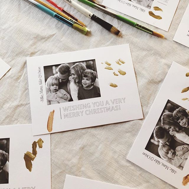 Merry New Year?! 🎊🤷🏼‍♀️🤦🏼‍♀️ Designed a super simple card this year and let the kids paint on them, too. Also, family photos by @ohkatieday are so good you can use them two years in a row.