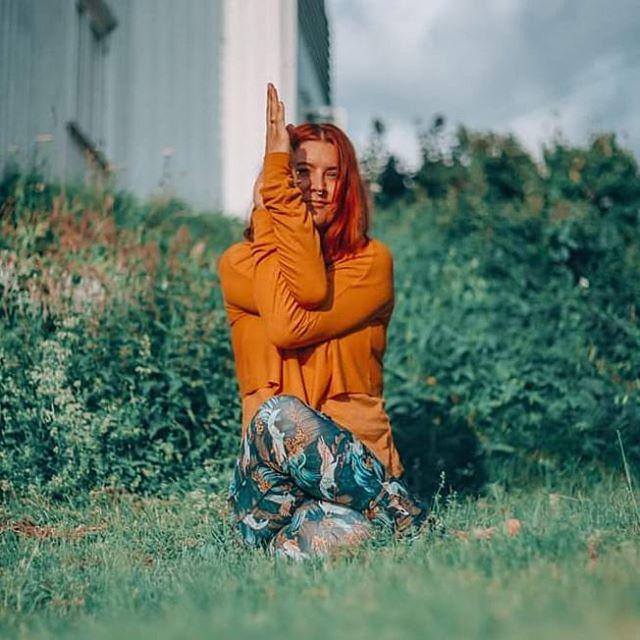 Livet er ingen konkurranse. 💞 Denne sannheten kom brått til meg mange år tilbake. Selvfølgelig; det er jo kun jeg som kjenner meningen med mitt liv. Men det er en sannhet det er vanskelig å holde på i vårt konkurransedrevne samfunn, og noen bransjer er værre enn andre. 🏆 Yoga og meditasjon har hjulpet meg til å finne min autentiske sannhet. Egentlig vil jeg leve ti liv i ett, og jeg drives av å finne nye måter å uttrykke meg på. Å konkurrere er bortkasta tid, men det å finne den perfekte balansen mellom disiplin og selv-kjærlighet er derimot tusen ganger mer interessant. Da kan vi diskutere! 🤸♂️👏 Takk til fabelaktige @annetteelvirano for foto. ❤️ ❤️ ❤️ #yoga #meditation #teachertraining #authentictruth #voice #purpose #life #konkurranse #meningenmedlivet 42 & #create #express #friends #diciplin #detachment