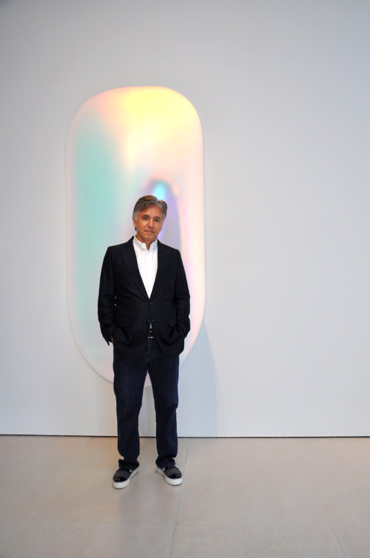 Robert McClain in front of Gisela Colon,  Ultra Spheroid Glo-Pod (Iridescent Lilac) , 2015, blow-molded acrylic. Image c/o ADAA.