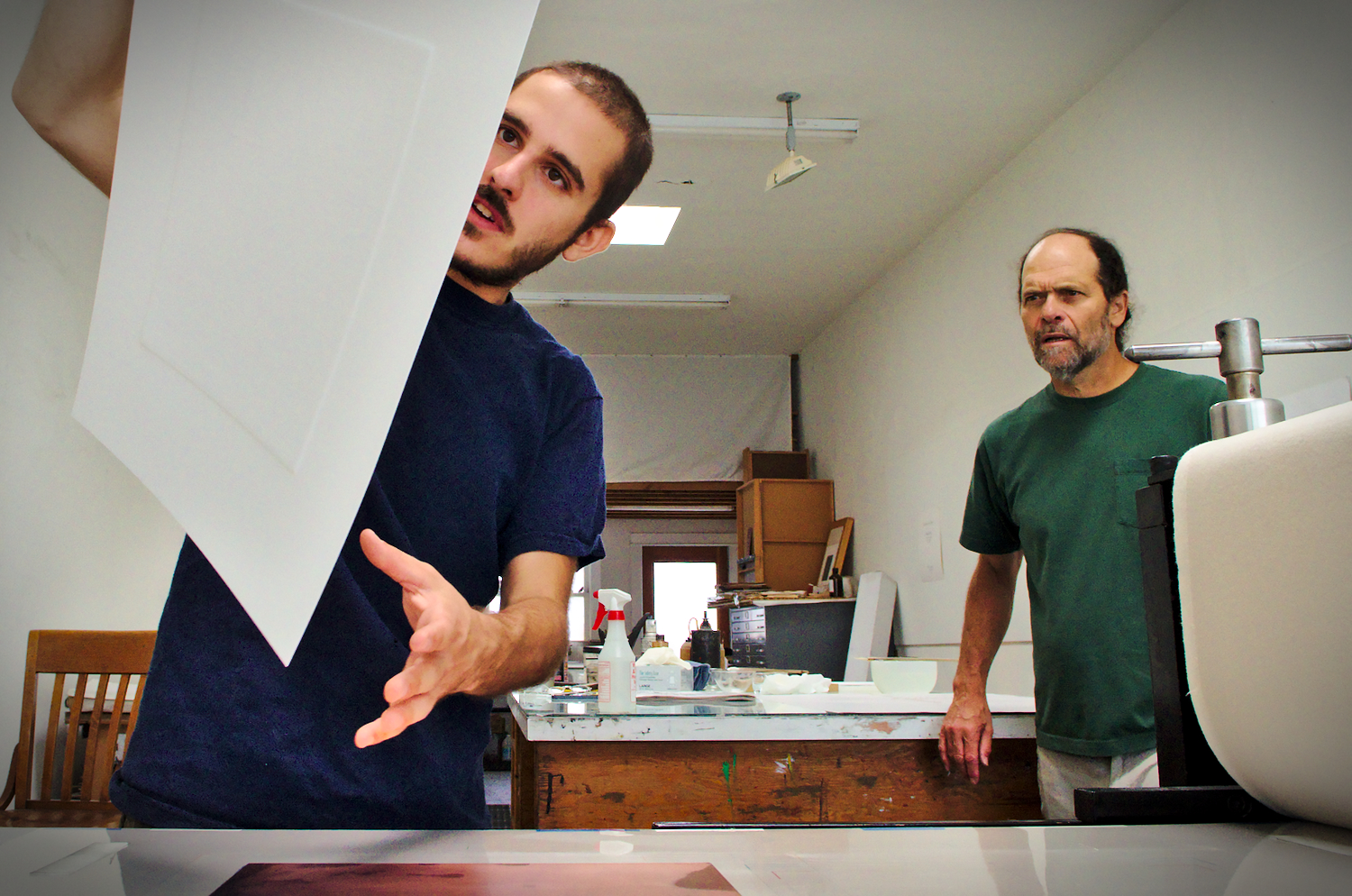 The renowned printmaster Jacob Samuel (right) continues to regularly edit professionnal artists. Assisted by Sam Gessow (left), a young printmaster, Jacob controls an Intaglio editions from the NYC artist Tom Sachs.
