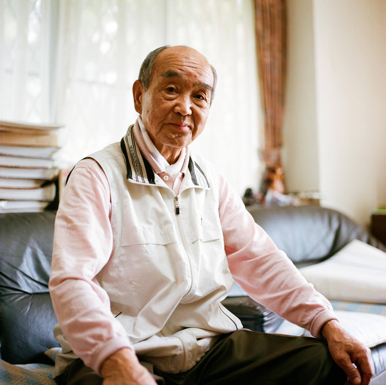 Cet homme est Japonais, mais né en Chine en 1928. Il est revenu au Japon avec sa famille après la seconde guerre mondiale. Actuellement il se prépare à revenir à Naraha avec sa conjointe, dans les semaines à venir. Ils remettent leur maison en état, celle-ci ayant beaucoup souffert de l'humidité pendant les quatre dernières années. Depuis la catastrophe, il vit dans un logement temporaire. Il s'est fait opéré d'un cancer du poumon il y a deux ans.